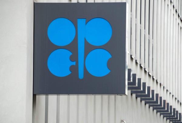石油輸出國家組織(OPEC)等主要產油國宣稱,在遏阻石油生產過剩這一戰已獲勝,過去3個月油價上漲15%,將等到明年1月再來決定是否展延凍產協議。圖為OPEC的標誌。(法新社)