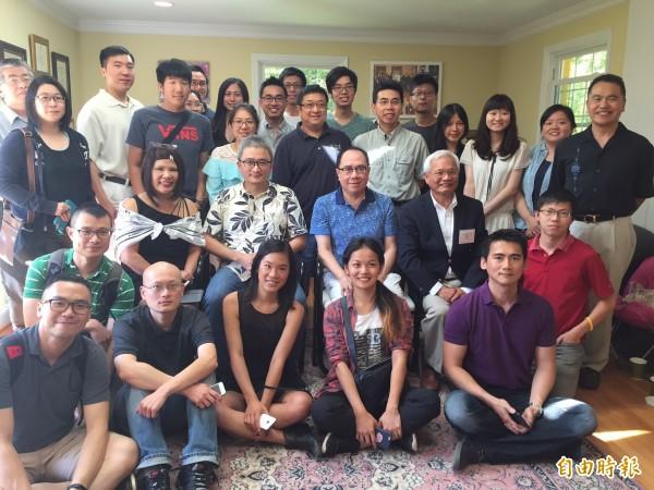 鄉民之父杜奕瑾(第二排左二坐者)今天在華府呼籲海外人才把空氣帶回台灣,建立軟體產業,吸引近四十位留學生和企業家參與討論。(記者曹郁芬攝)