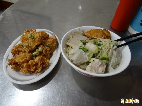 火城麵店招牌的五行麵(右)與金黃色的狗母魚酥小吃料理(左)。(記者王俊忠攝)