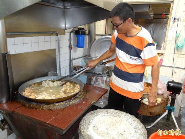 火城麵店第二代負責人杜金恭油炸狗母魚酥。(記者王俊忠攝)