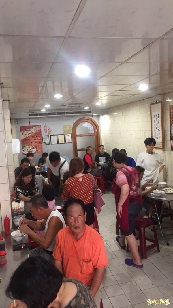 火城麵店一到用餐時間經常高朋滿座。(記者王俊忠攝)