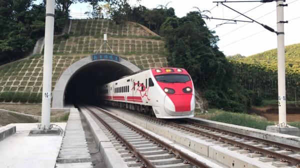 花東線新自強隧道切換西正線完工!上午第一班由北上401次普悠瑪於6點11分通過,從新自強隧道北口出隧道。(鐵工局提供)