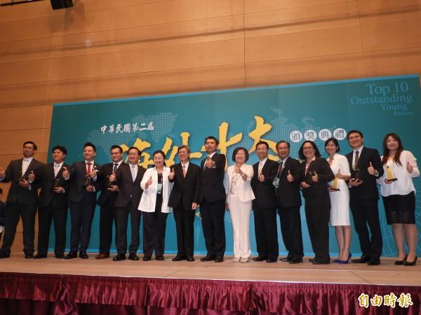 陳建仁(左七)與海外十大青年得獎者合影。(記者葛祐豪攝)
