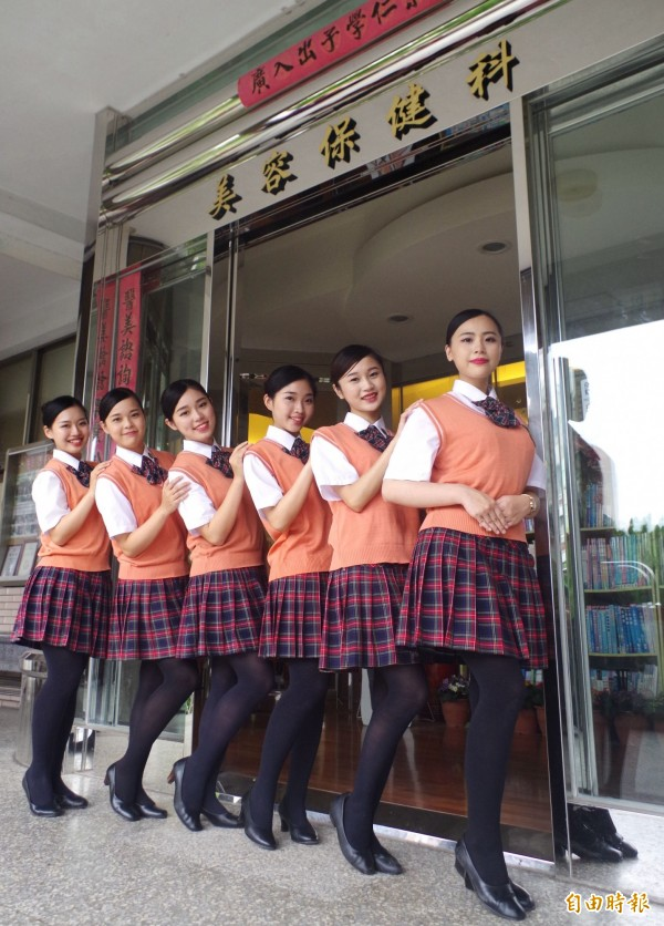 美容保健科女生制服,搭配梳斜劉海、包頭髮型,展現優雅氣質。(記者王善嬿攝)