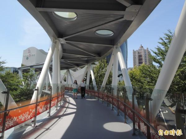 暐順經貿大樓可經由空橋可直達六家火車站和高鐵新竹站,成為竹北高鐵特定區的新地標!(記者廖雪茹攝)