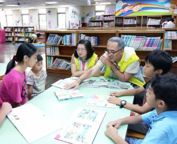 李哲建(右三)、郭存貞(右四)長年旅居海外,兩人一搭一唱、搭配故事教孩子們學英文。(新北市立圖書館提供)