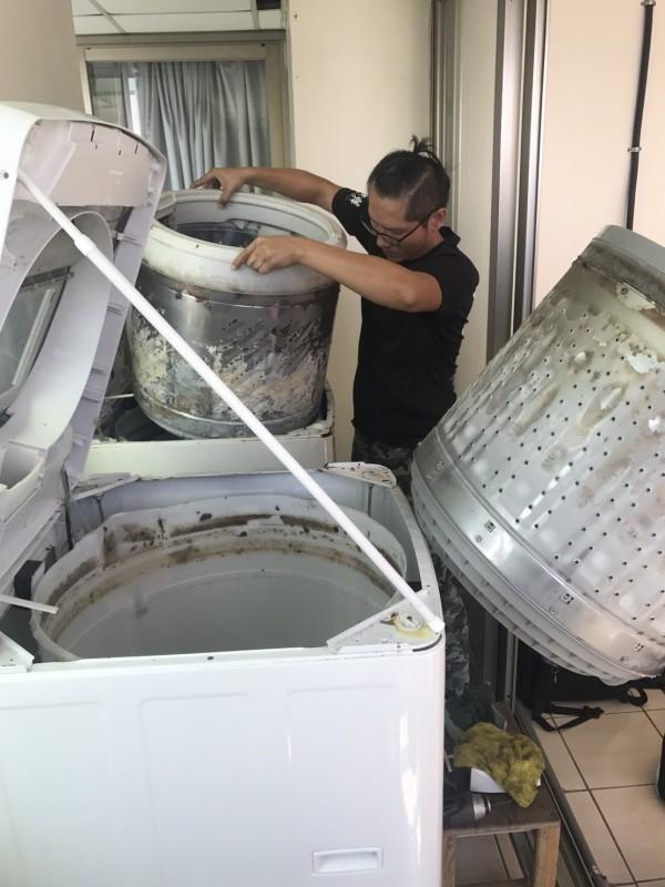 愛麗潔洗衣機清洗家人員替創世基金會苗栗分院清洗洗衣機。(圖由院方提供)