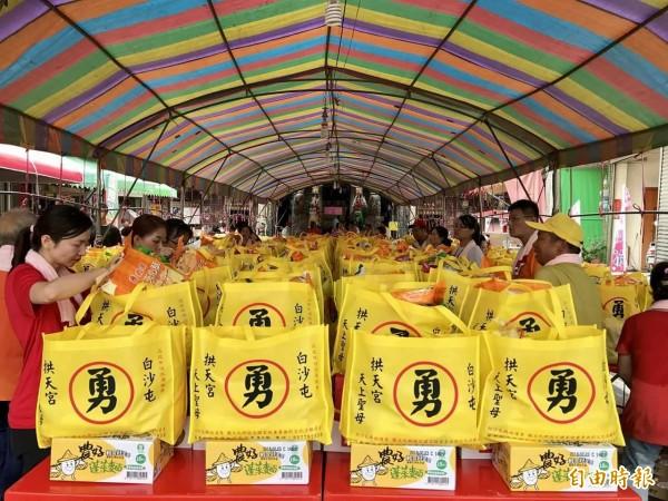 雲林至善文化協會捐贈媽祖創意環保袋,上頭的「勇」字是最大特色。(記者廖淑玲攝)