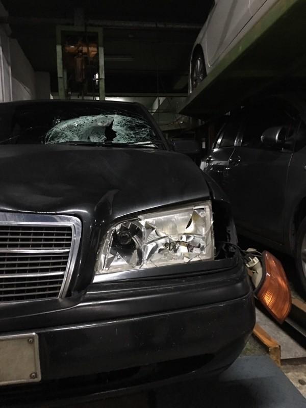 男子孫延年駕駛賓士車撞死父親,車頭燈嚴重破損,擋風玻璃破裂(資料照。記者吳昇儒翻攝)