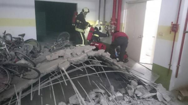 台北市中山北路5段一處社區大樓進行消防管線更換時,地下污水池突然爆炸。(記者陳恩惠翻攝)