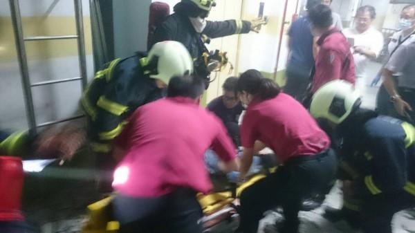 消防救護人員將右大腿骨折的陳姓檢修員固定,緊急送醫。(記者陳恩惠翻攝)