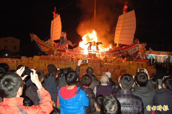 代天院丁酉科三朝王船醮典,神明敲定要建醮了。圖為3年前代天院王船醮燒王船的情景。(記者楊金城攝)