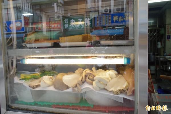 店裡魯熟肉有十多種。(記者王善嬿攝)