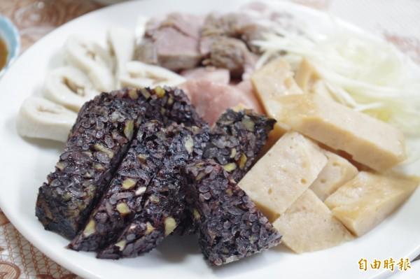 蟳糕、米血、脆腸等用料實在,是熟客一來再來的原因。(記者王善嬿攝)