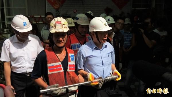 台北市長柯文哲今天見證最後一根鉛管遭汰換。(記者黃建豪攝)