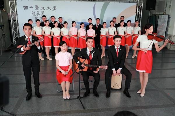 台北大學的女學生穿著白上衣象徵純淨、紅裙子代表熱情,突顯出台北大學的校風和精神。(圖:台北大學提供)