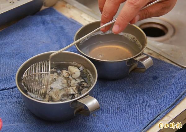 蚵仔冰製作,必須當天現採的鮮蚵去殼後,需用沸水川燙3次,然後迅速冰鎮,噴灑高粱酒去腥味。(記者陳冠備攝)