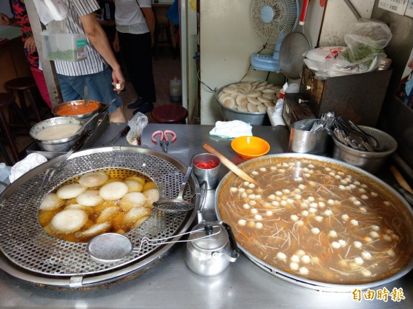 「茂炎肉圓」還販售魚焿,使用苑裡鎮當地知名的鯊魚漿製作,許多顧客都喜歡肉圓和魚焿搭配一起吃。(記者蔡政珉攝)