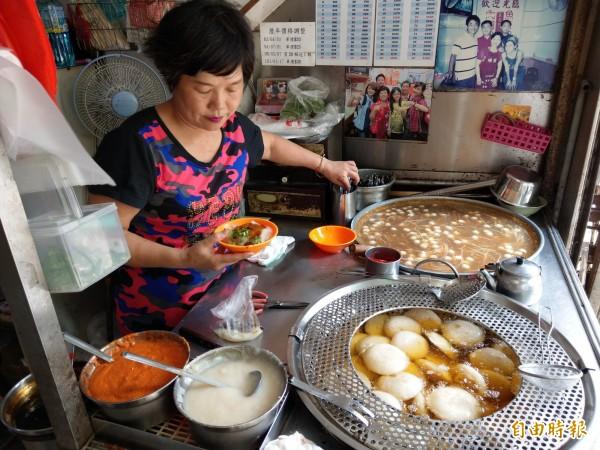 苗栗縣苑裡鎮菜市場旁、為公路上的「茂焱肉圓」,是許多當地人從小吃到大的傳統美食。(記者蔡政珉攝)
