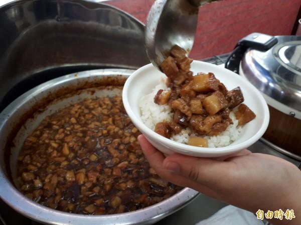 新竹市禾日香魯肉飯的魯肉是用松阪豬肉拌炒而成,其滷汁熟透發亮,再淋上一顆半熟的荷包蛋,就是讓人回味無窮的「太陽飯」。(記者洪美秀攝)