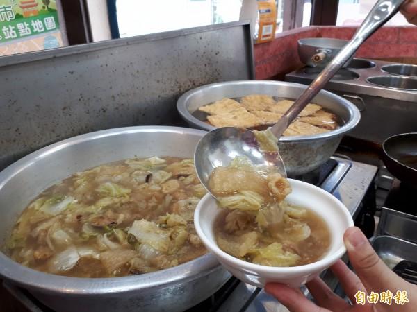 煮到軟爛的白菜滷,讓人忍不住想大吃一口。(記者洪美秀攝)