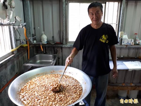 新竹市飄香千里的「禾日香」魯肉飯,老板鄭明枝是法院退休的公務員,但他炒的魯肉都是用頂級的松阪豬肉,且是手工切肉,且都是他一人拌炒完成。(記者洪美秀攝)