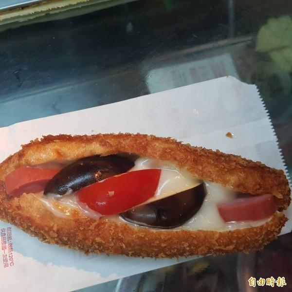 基隆廟口夜市58號攤營養三明治,油炸酥黃香脆的麵包,中間裹著豐富的配料,讓人食指大動。(記者俞肇福攝)