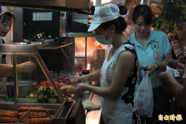 廟口營養三明治的攤位不到2坪大,簡單的新鮮食材混搭,好吃的營養三明治讓不少人大老遠跑來,滿足對美食的想念。(記者俞肇福攝)