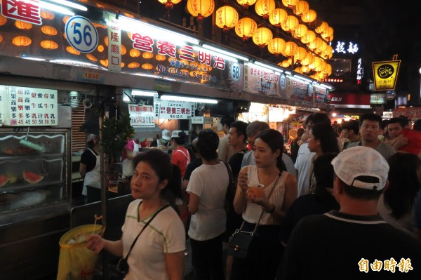 基隆市廟口夜市是喜愛美食民眾的朝聖地。(記者俞肇福攝)
