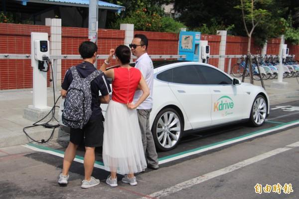 電動汽車共享系統吸引不少民眾詢問、試乘。(記者葛祐豪攝)