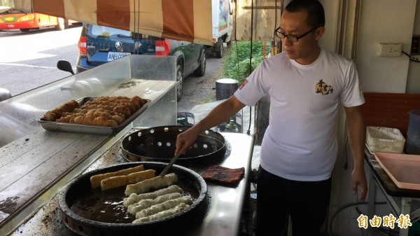 金孟韋每天清晨製作麵糰,現炸鹹油條,熱騰騰起鍋。(記者佟振國攝)