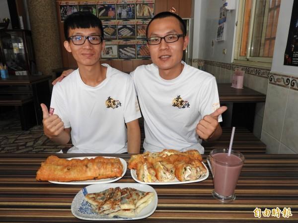 金孟韋(右)、金孟修(左)兄弟同心協力經營鹹油條早餐。(記者佟振國攝)