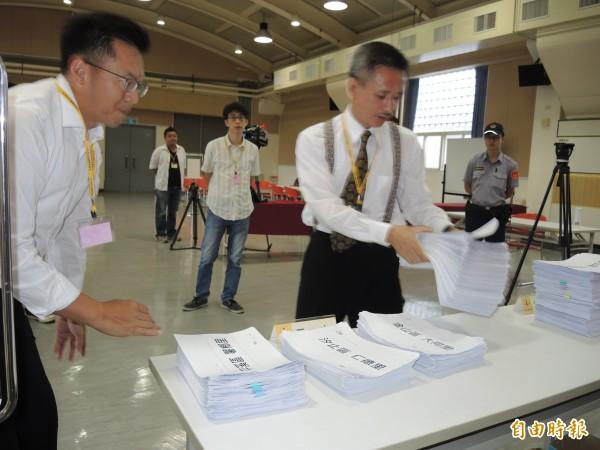 「安定力量」主席孫繼正今天補送2233份連署書到新北市選委會。(記者翁聿煌攝)
