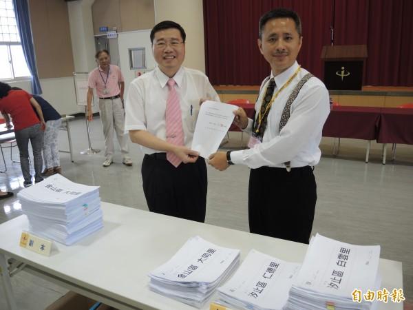 「安定力量」主席孫繼正(右)補送2233份連署書,由黃堯章代表接收。(記者翁聿煌攝)
