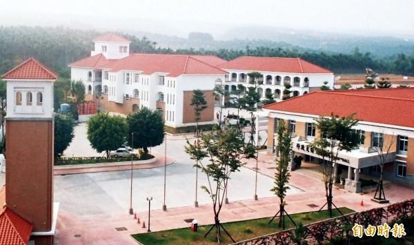 五育高中位於八卦山麓,環境優美,紅瓦白牆校園建築,有如置身歐洲世外桃源。(記者謝介裕攝)