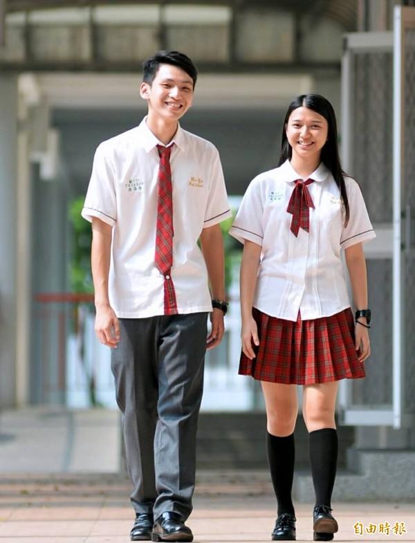 男女生襯衫袖口都有紅色滾邊,女生搭配領繩,活潑俏麗;男生灰色長褲搭紅灰格紋領帶,清新又帥氣。(記者謝介裕攝)