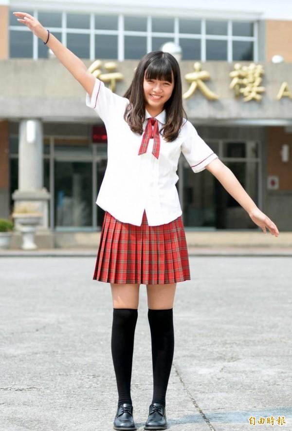 南投市五育高中夏季校服,女生白色上衣、紅色領繩,搭配紅灰色格紋短裙,洋溢著青春氣息。(記者謝介裕攝)