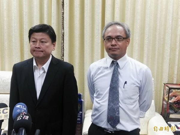 花蓮縣長傅崐萁(左)在律師許正次(右)的陪同下表達嚴正抗議。(記者王錦義攝)