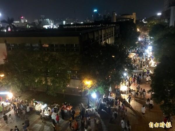 嘉義文創園區曾於9月舉辦的「桃城夜祭」文創小夜市,吸引滿滿人潮。(記者丁偉杰攝)