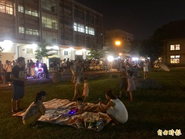 「桃城夜祭」文創小夜市9月舉辦時,吸引親子來體驗。(記者丁偉杰攝)