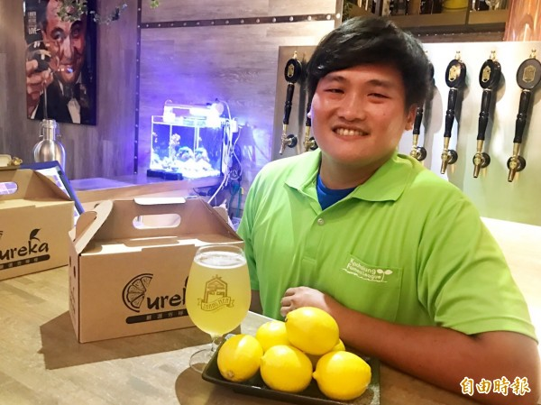 高雄型農莊承翰以運動家不服輸精神,將綠檸檬轉變為黃檸檬。 (記者陳文嬋攝)  <h4>☆飲酒過量  有害健康  禁止酒駕☆</h4>