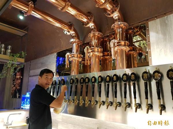 掌門精釀啤酒店內裝潢以船用鍍鋅版作為造型,搭配玫瑰金鍍鈦管成為特色。 (記者陳文嬋攝)  <h4>☆飲酒過量  有害健康  禁止酒駕☆</h4>