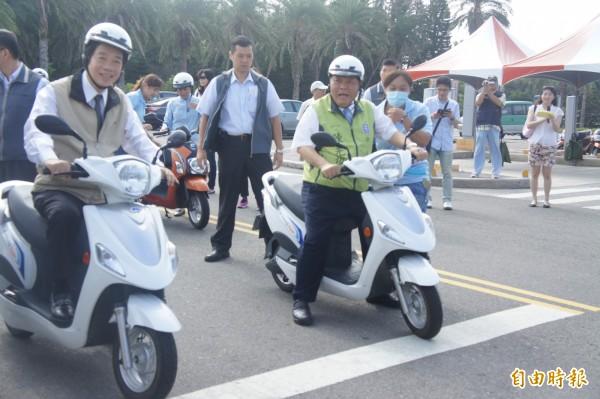 行政院長賴清德示範騎乘電動機車,宣布打造澎湖成為「國際、智慧、綠能、觀光島」。(記者劉禹慶攝)