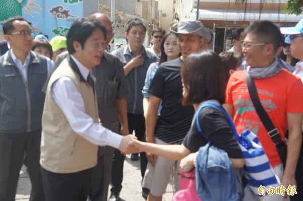 賴清德前往天后宮拜拜,巧遇台南來的觀光客,握手致意。(記者劉禹慶攝)