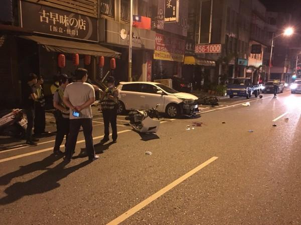 二派人馬飆車追逐互砍,其中一方的車子還撞進路邊店家。(記者王峻祺翻攝)