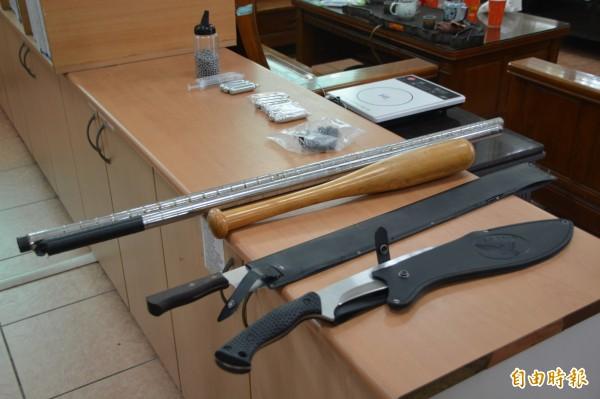 花蓮市今晨有人持棍棒、開山刀上演街頭大亂鬥,警方還在現場發現鎮暴槍子彈,全案已依重傷案罪嫌移送法辦。 (記者王峻祺攝)