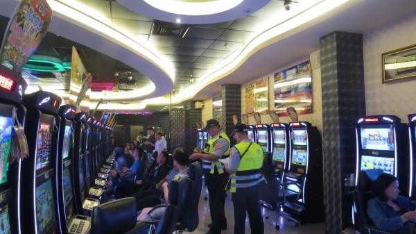苗栗縣警察局於昨天晚間9點到午夜12點統合各單位共118名警(民)力,啟動「封城掃蕩」專案,一夜逮捕38人。(圖由警察局提供)
