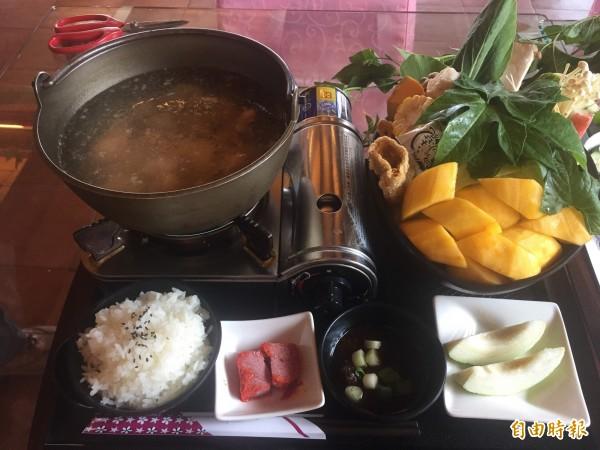木虌果火鍋加入嫩菜及果肉,十分營養。(記者張存薇攝)