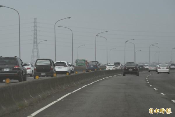 台88塞車回堵到萬大橋,車速變慢了(記者葉永騫攝)