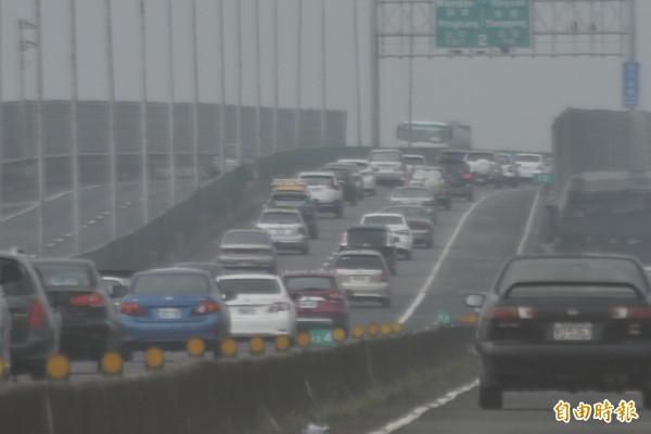 台88快速道路車陣回堵嚴重,屏東天氣變差,一片霧茫茫(記者葉永騫攝)